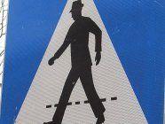 Mann am Schutzweg von Auto erfasst