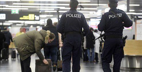 Flüchtlinge von Wien aus auf Flüge geschleust: 13 Verdächtige