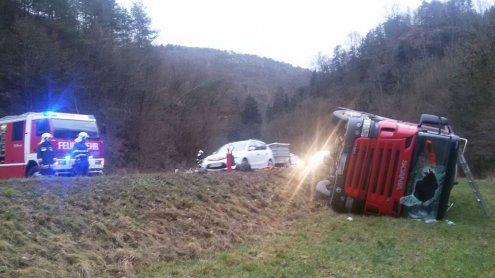 LKW nach Unfall seitlich in Graben