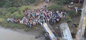 Fast 40 Tote bei Busunglück in Indien