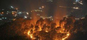 Waldbrände bedrohen berühmte Bahnstrecke im Himalaya