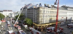 Meterhohe Flammen bei Dach-Brand in Wien-Alsergrund: Vermutlich keine Verletzten