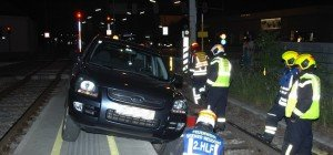 Bergung: Geländewagen blieb in Station der Wiener Lokalbahn in NÖ stecken