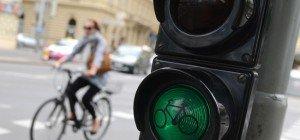 Trotz roter Ampel losgefahren: 25-jährige Radfahrerin bei Zusammenstoß verletzt