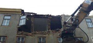 Schwerer Arbeitsunfall in Hernals: Mauerteile stürzten auf Bauarbeiter