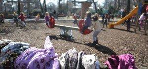 Mann onaniert beim Beobachten von Kindern auf einem Spielplatz