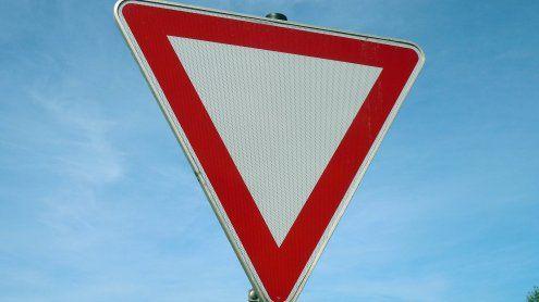 Bei Unfall: Passantin wurde von gefälltem Verkehrsschild verletzt