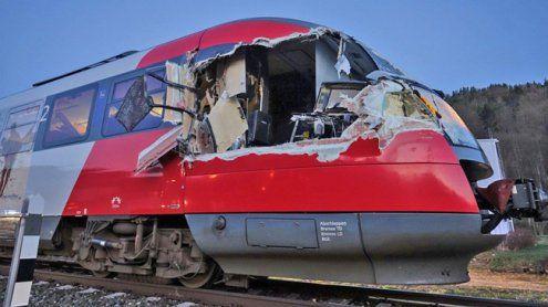 Schwertransporter kollidierte auf Bahnübergang mit Personenzug