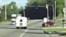 Live-Dashcam-Aufnahme: Kind fällt aus Kleinbus