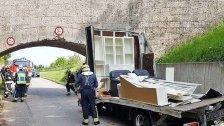 Kastenwagen prallte gegen Unterführung