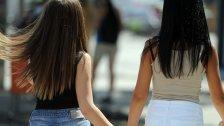 Mädchen schlagen sichin den Intimbereich