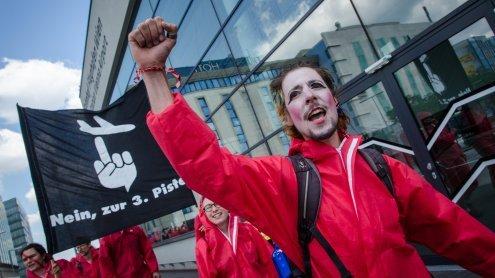Protest gegen 3. Piste: Demo der Baugegner am Flughafen Wien
