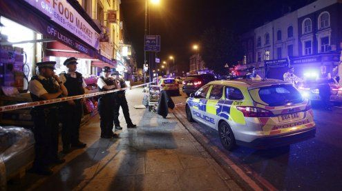 Kleinbus rast vor Moschee in die Menge – mindestens ein Toter