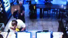 Kunde sticht bewaffneten Starbucks-Räuber nieder