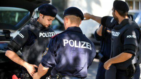 Wien-Floridsdorf: Mann attackiert Polizisten mit Schlägen & Tritten