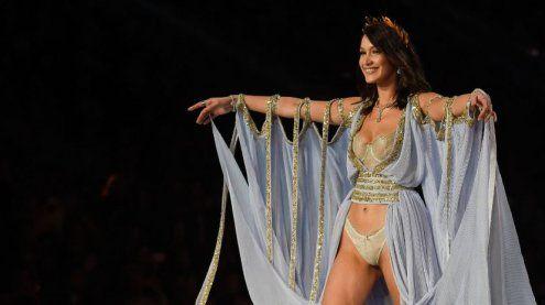 Doppelter Nippel-Blitzer von Bella Hadid bei Victoria-Secret-Show