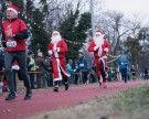 Weihnachtsmänner und Christkinder lieferten sich ein Laufduell für guten Zweck