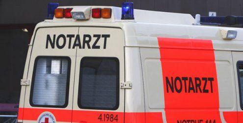 Auf Parkplatzsuche: Auto kracht in NÖ in Auslagenscheibe von Café