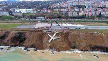 Fast ins Meer gerutschtes Flugzeug geborgen