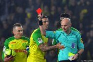 Schiedsrichter trat nach, zeigte aber Spieler Gelb-Rot