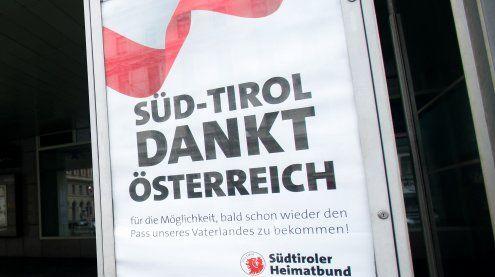 Südtiroler Heimatbund danktmit Plakaten in Wiener Bezirken