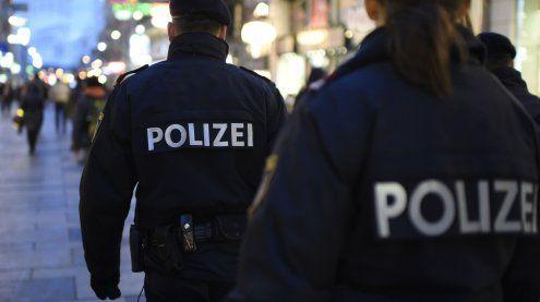 Polizist stürzt mit betrunkenem Randalierer durch Bank-Glastür