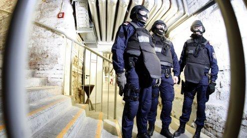 Trotz Schreckschuss: Mann biss WEGA-Beamten in Wien-Favoriten