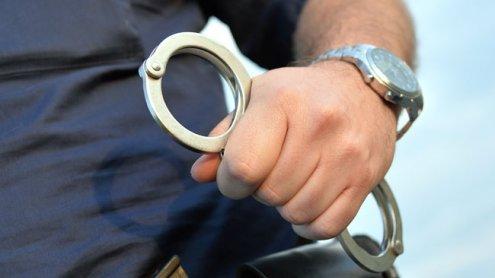 Detektiv und zwei Polizisten von Ladendieb und Freundin verletzt
